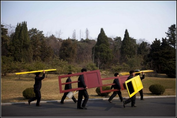 Фото Северной Кореи Дэвида Гуттенфельдера. Рабочие несут двери