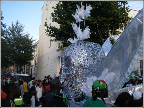 Экстравагантные композиции на карнавале в Ноттинг-Хилле: сверкающий череп