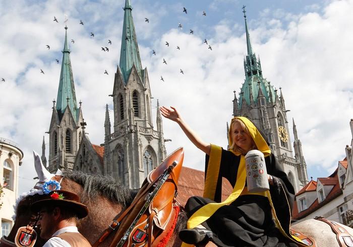 Пивной фестиваль Октоберфест-2011. *Мюнхенское дитя* Мария Нервцелла в традиционном костюме и с символической кружкой пива. Фото Микаэлы Рэле