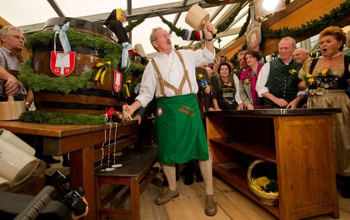 Пивной фестиваль Октоберфест-2011. Мэр Мюнхена Кристиан Уде открывает первую бочку