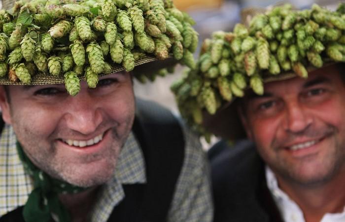 Пивной фестиваль Октоберфест-2011. Туристы в хмельных шляпах. Фото Александры Байер