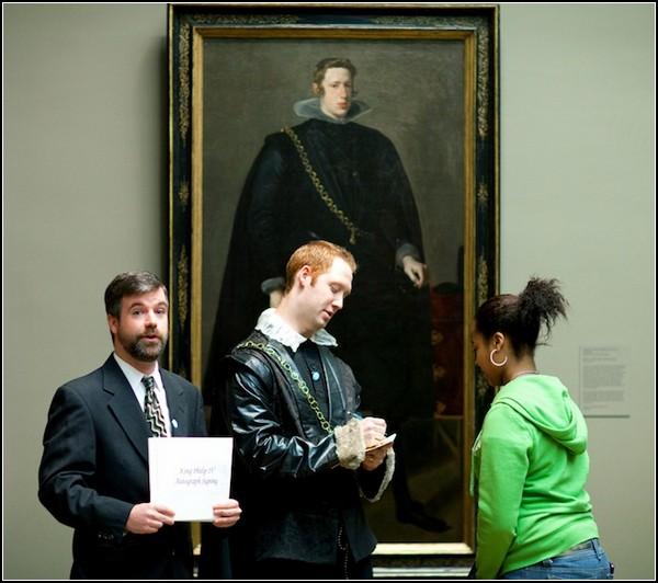 Король Филипп раздает автографы
