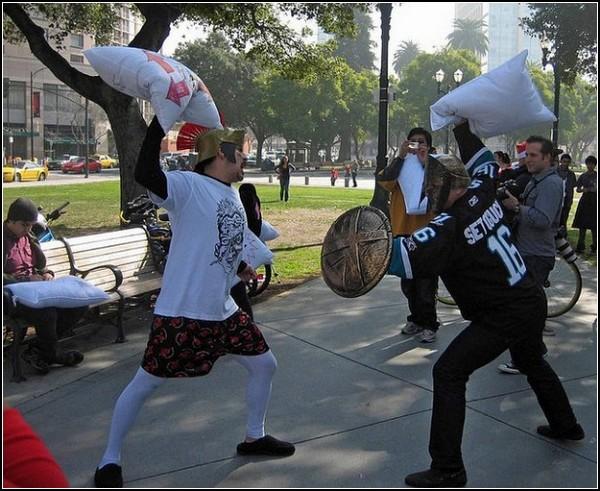 Бой подушками в Сан-Хосе: ЭТО СПААРТААА!