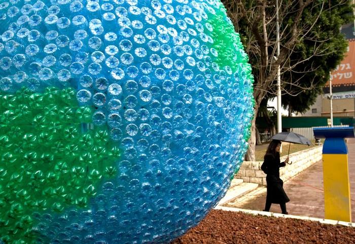 День вторичной переработки: глобус из бутылок
