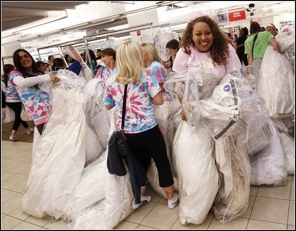 Бег невест за венчальными платьями