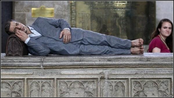 Анонимность и святость. *Человек, лежащий на боку*