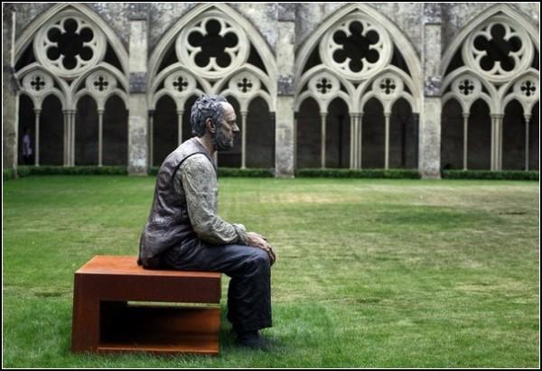 Анонимность и святость. *Сидящий человек*