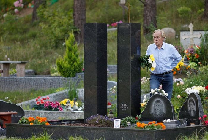 11 сентября в сердцах. Владимир Гаврюшин рядом с постаментом в память дочери