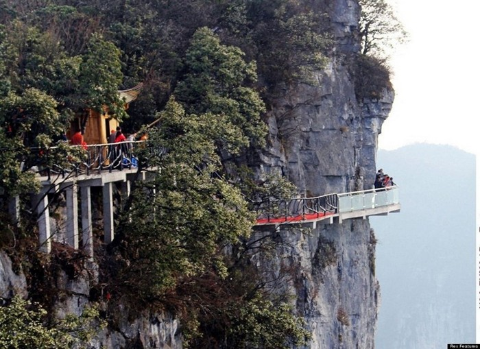 Головокружительный стеклянный мост в Китае