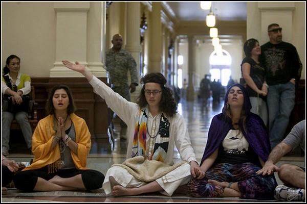 Практика медитации в политическом центре Техаса
