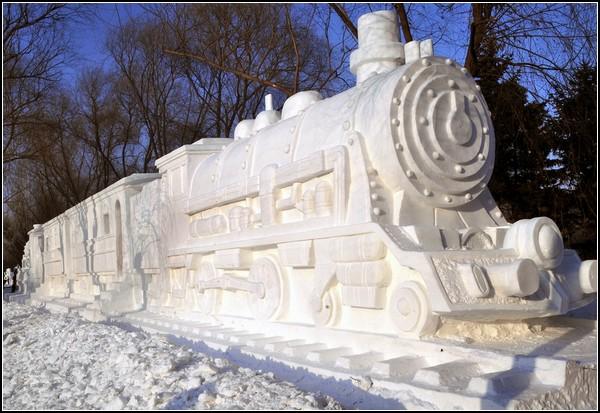 Фестиваль снежных скульптур: паровоз