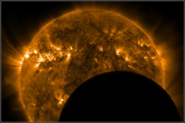 Космос, Солнце, Земля. Фото Луны на фоне солнца, полученное спутником NASA 3 мая 2011 года