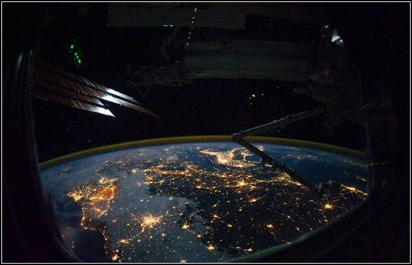 Солнце, космос и Земля на фото. Европа в иллюминаторе, 28 октября 2010 года