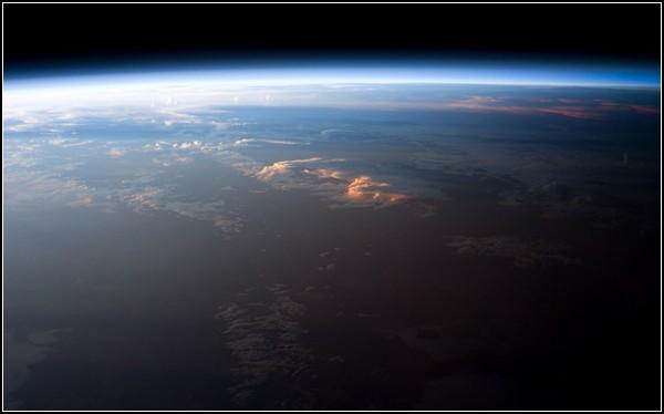 Фотопутешествие вокруг Солнца и Земли в космосе. Снимок Южной Америки, сделанный 12 апреля 2011 года