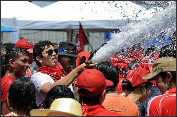 Сонгкран: очищение водой туристов