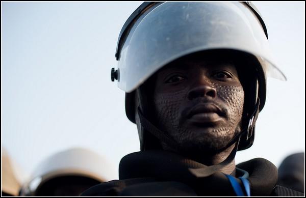 Южный Судан. Шрамированный воин в современном шлеме