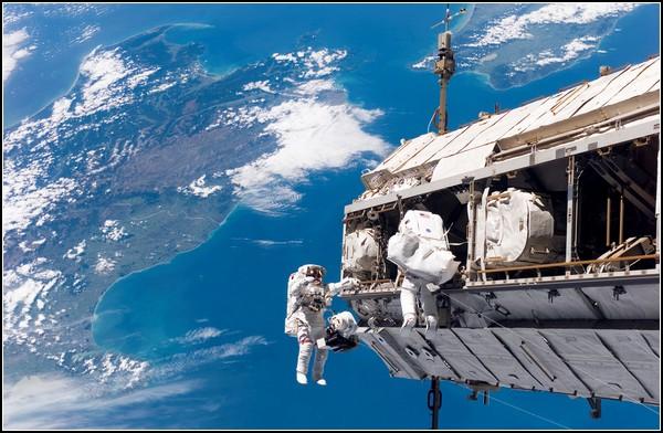 История *Спейс шаттл*. Астронавты с челнока чинят МКС, фото 2006 года
