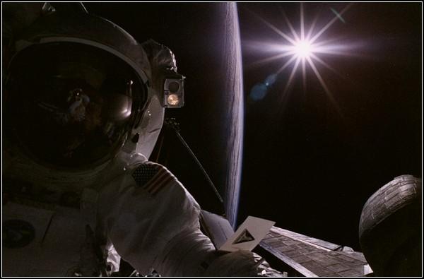 Последний *Спейс шаттл* улетел, но космическая история продолжается. Астронавт Джо Тэннер фотографируется против Солнца, 1997 год