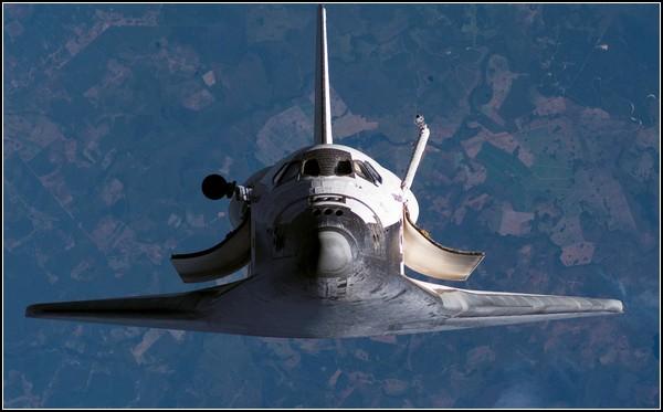 *Спейс шаттл* уходит в небо. Фото с борта МКС, 2007 год