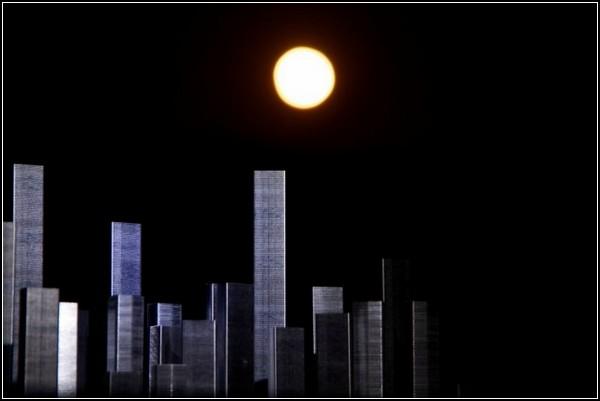 В необычном степлерном городе наступает ночь
