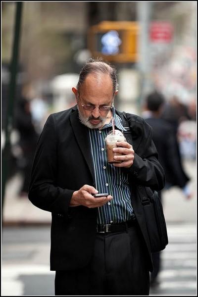 Сосредоточенность человека с телефоном