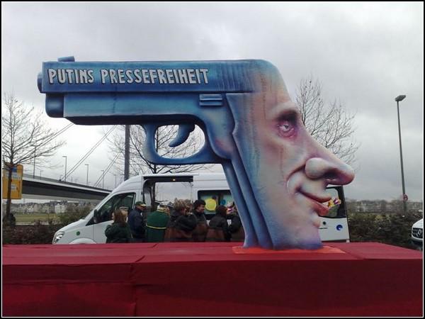 Политические карикатуры. Надпись на пистолете: *Путинская свобода печати*