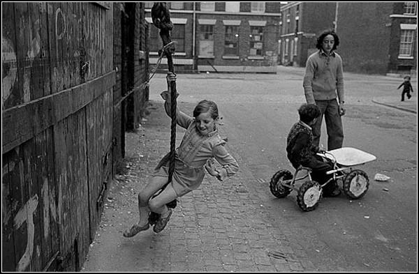 Черно-белые фото старого Ливерпуля: детский смех в трущобах