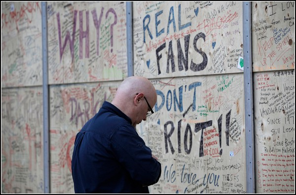 Щиты с добрыми граффити. *Настоящие фанаты не бузят!*