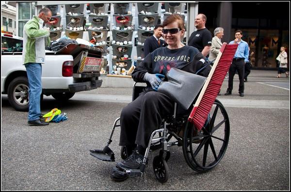 Ликвидация последствий хоккея в Ванкувере. Инвалиды в строю!