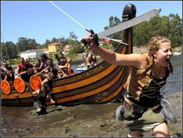 Отважные герои атакуют с корабля