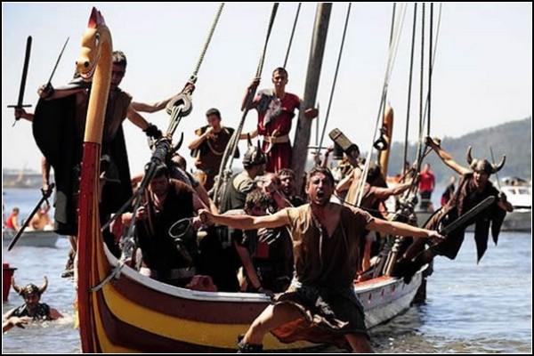 Корабли викингов высаживают десант. За Родину, за Одина!
