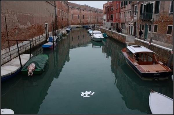 Вилами по воде: плавучие граффити от Guildor