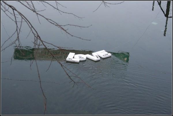 Вилами по воде: плавучие надписи