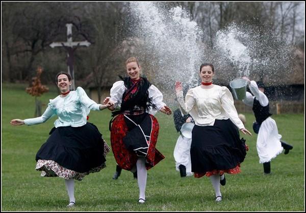 Пасхальные традиции Венгрии: обливание девушек водой
