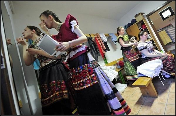 Пасхальные традиции Венгрии: обливание девушек в национальных костюмах