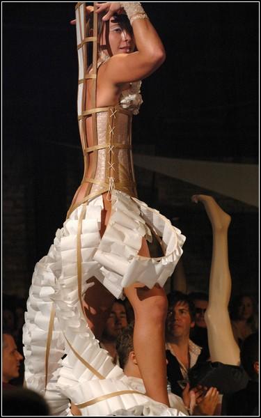Странные наряды на Фестивале одежды: женщина-кресло