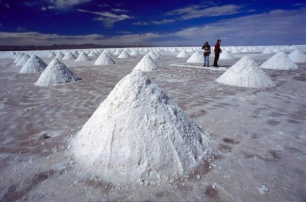 В такие кучки местные жители сгребают соль