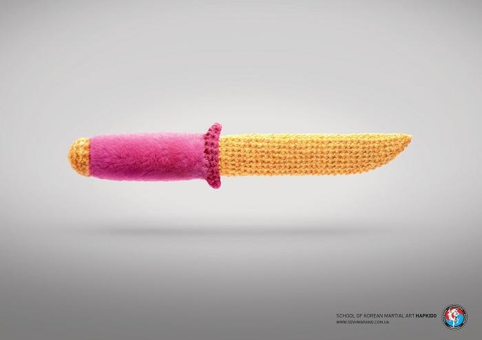 Ножа не бойся, бойся смеха: забавные плакаты для школы боевых искусств