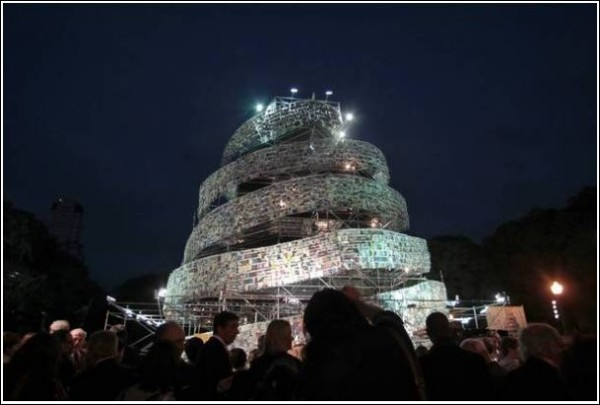 Современный Вавилон: новая башня из книг в Буэнос-Айресе вечером
