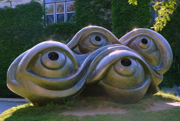 Днем это просто необычные скульптуры