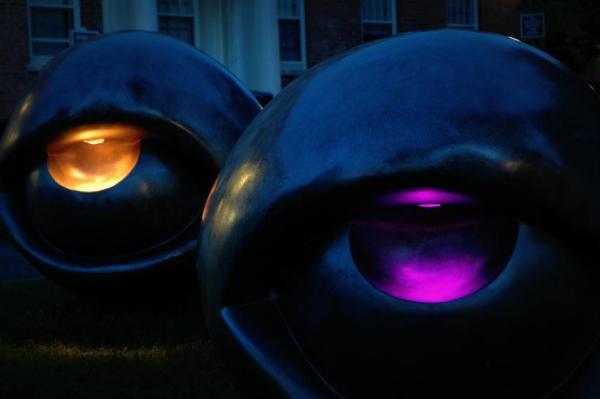 Скамейка Луизы Буржуа, светящаяся в темноте