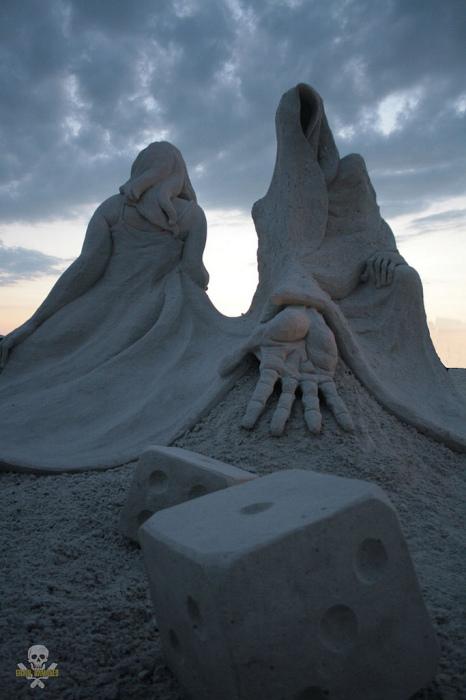 Игра в кости: песчаные скульптуры Карла Джары