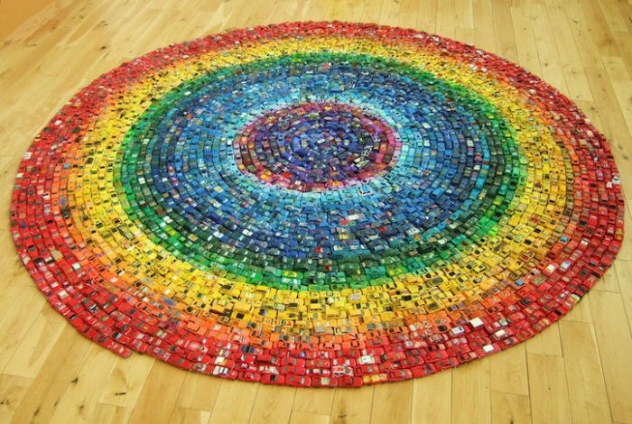 Радужный круг: арт-объект из 2500 игрушечных моделек