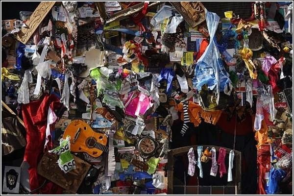 Гостиница из старого хлама: музыкальные инструменты, рваная одежда