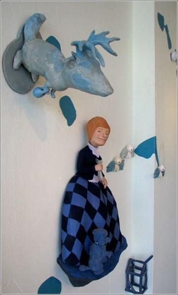Странные керамические фигурки Бенджи Хью: лось и дама с собачкой