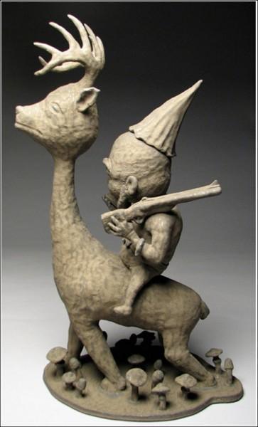 Странные керамические фигурки Бенджи Хью: путешественник