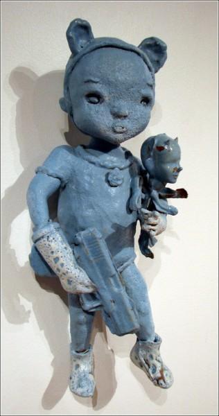 Странные керамические фигурки Бенджи Хью: дитя с пушкой и игрушкой