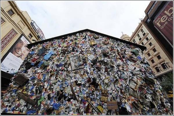 На 4 дня в центре Мадрида возвели гостиницу из мусора