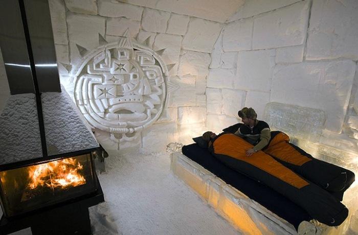 Ледяной дом: постояльцы в спальных мешках