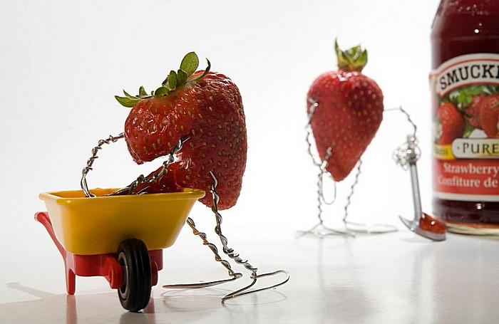 Как получается клубничный джем: забавные человечки-ягодки